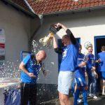 Die zweite Dusche aus Vereinspokal für Trainer Mehnert